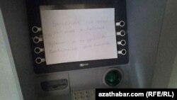 Bankomatyň işlemeýändigi barada bildiriş asylypdyr.
