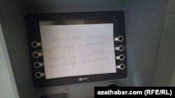 Aşgabatda bankomatlardan pul çekip bolmaýar
