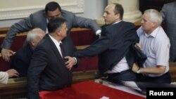 Бархӯрди вакилони мардумӣ дар толори парламенти Украина