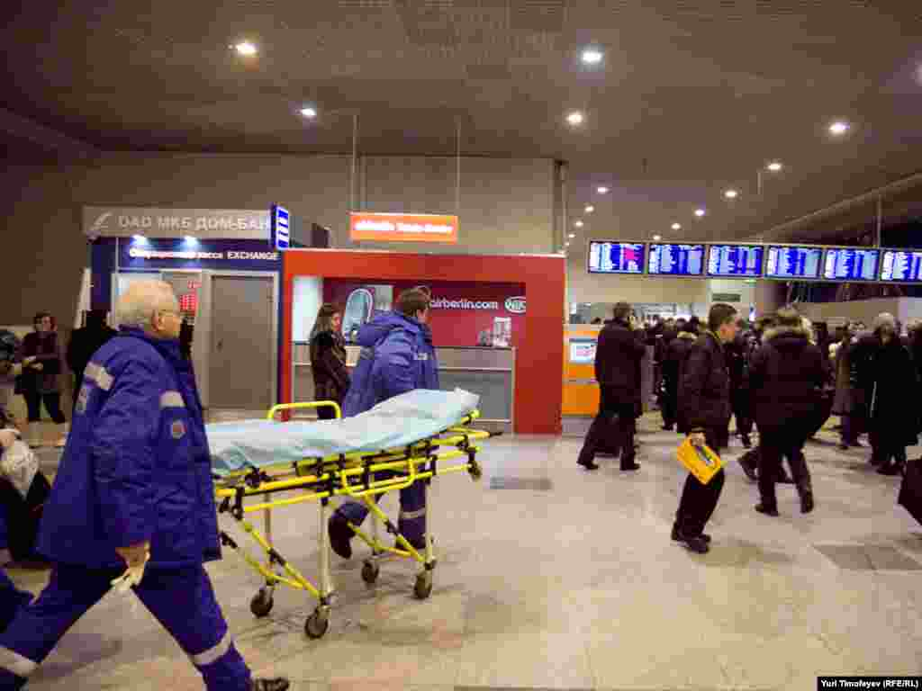 Domodedovo aeroportu - təcili yardım qrupu hadisə yerinə tələsir