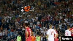 Сербия мен Албания құрамалары арасындағы футбол матчында ұшып жүрген Албания туы бар пилотсыз аппарат. Белград, 14 қазан 2014 жыл.