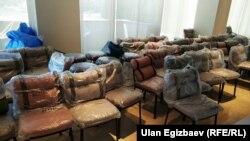 Стулья, которые по заявлениям депутатов, были куплены по 100 тысяч сомов каждый.