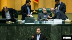 کاظم جلالی، رئیس مرکز پژوهشهای مجلس ایران در حال نطق در مجلس
