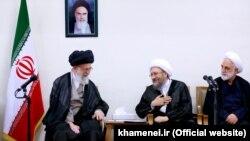 غلامحسین محسنی اژهای (راست) در کنار رئیس قوه قضاییه و رهبر جمهوری اسلامی