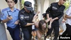 Кінець однієї з попередніх акцій FEMEN проти Євро-2012, 19 червня 2012 року