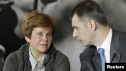 Irina Prokhorova (left) with her brother, Russian pro-business presidential candidate Mikhail Prokhorov, at a press conference in Moscow late last month.