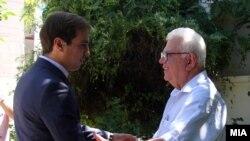 Миинистерот за труд и социјална политика Диме Спасов и претседателот на Сојузот на здруженијата на пензионери Драги Аргировски во посета на дом за стари лица.