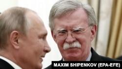 Presidenti rus, Vladimir Putin (majtas) dhe këshilltari për siguri kombëtare i Shtëpisë së Bardhë, John Bolton. Moskë, 23 tetor, 2018.