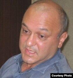 Tərcüməçi, yazar Nadir Qocabəyli.