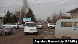 В центре - машины скорой помощи в селе Ынтымак Сарыагашского района Южно-Казахстанской области.11 февраля 2015 года.