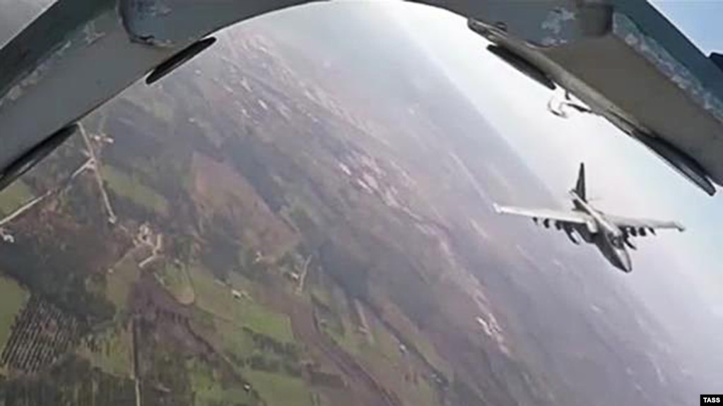 A Russian Su-25 fighter jet flying over Syria as seen from a Syrian warplane in 2016