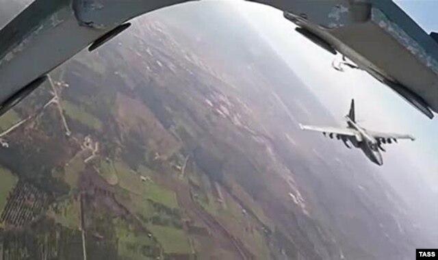 МиГ-29 ВВС армии Башара Асада прикрывает российский Су-25 на боевом задании. Сирия, январь 2016 года