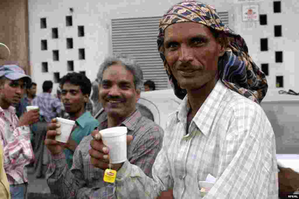 UAE --Indian and Pakistani workers are drinking tea, Dubai, 25Jul2008