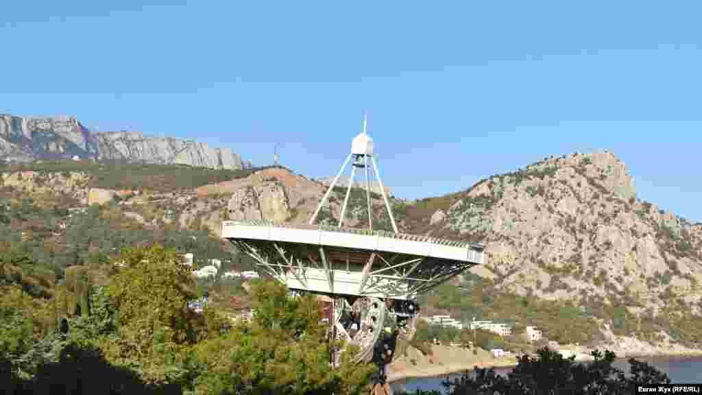 Величезна антена радіотелескопа РТ-22 дивиться в небо, її діаметр – 22 метри