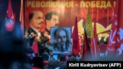 Шествие коммунистов в Москве в 100-летнюю годовщину Октябрьской революции. 7 ноября 2017 года.