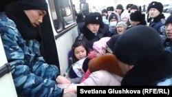Полиция наразы тұрғындарды бала-шағасымен бірге әкетіп барады. Астана, 6 наурыз 2014 жыл. (Көрнекі сурет)