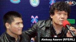 Фильмде басты рөлде ойнаған Тахир Умаров пен режиссер-сценарист Азиз Заиров. Алматы, 14 қазан 2014 жыл.