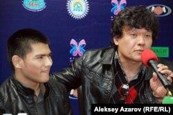 Исполнитель главной роли Тахир Умаров с режиссером и сценаристом фильма «Быть или не быть?» Азизом Заировым. Алматы, 14 октября 2014 года.