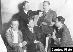În 1930 la opera din Düsseldorf (primul din stg.)