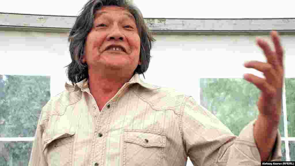 Ақын Хакім Бөлібеков өлең оқып тұр.Алматы, 16 тамыз 2014 жыл.