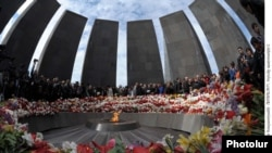 Armenia -- People lay flowers at the Tsisternakabert memorial in Yerevan on the 96th anniversary of the Armenian genocide in Ottoman Tukrey, 24Apr2011.