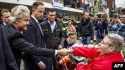 Лидер ультраправой партии Герт Вилдерс приветствует женщину, которая выступает против членства Украины в ЕС