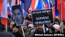 Москвада миңдеген кишилер Борис Немцовду эскерген жөө жүрүшкө чыкты. 1-март, 2015-жыл.