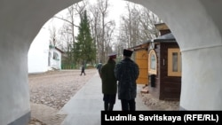 Казаки охраняют Псково-Печерский монастырь на границе с НАТО