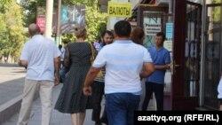 Прохожие у торгового центра «Гарант», где 19 сентября сотрудники силовых структур провели спецоперацию. Шымкент, 20 сентября 2017 года.