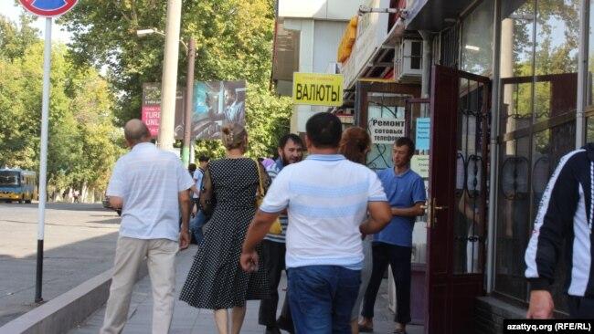"""Торговцы телефонами на территории, прилегающей к магазину """"Гарант"""" и пешеходы. Шымкент, 20 сентября 2017 года."""