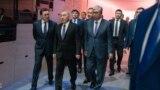 Первый президент Казахстана Нурсултан Назарбаев (в центре) с занявшим пост президента после его отставки Касым-Жомартом Токаевым (справа) на Астанинском экономическом форуме. Нур-Султан, 16 мая 2019 года.
