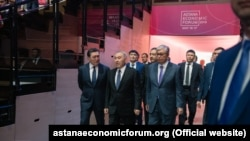 Президент Казахстана Касым-Жомарт Токаев (справа) и его предшественник Нурсултан Назарбаев на Астанинском экономическом форуме. Нур-Султан, 16 мая 2019 года.
