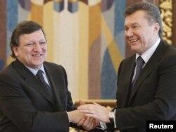 Viktor Ianukovici cu președintele Comisiei Europene la Kiev în 2011