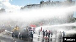 Թուրքիա - Ոստիկանությունը ջրաշիթերով ցրում է բողոքի ցույցը Իզմիրում, 15-ը մայիսի, 2014թ․