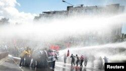 پلیس در ازمیر از خودروهای آبفشان علیه معترضان استفاده کرده است