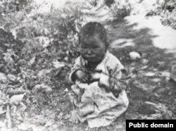 1931-1932 жылдары Қазақстанда түсірілген, әке-шешесі тастап кеткен баланың фотосы. (Көрнекі сурет)