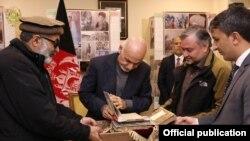افغانستان: ولسمشر اشرف غني په ارګ کې د پوهاند سیال کاکړ قلمي نسخې ګوري: ۲۰۱۹، ۲۴ ډېسېمبر