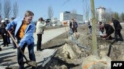 Ринат Ахметов участвует в посадке деревьев в родном городе. Донецк, 6 апреля 2009 года.