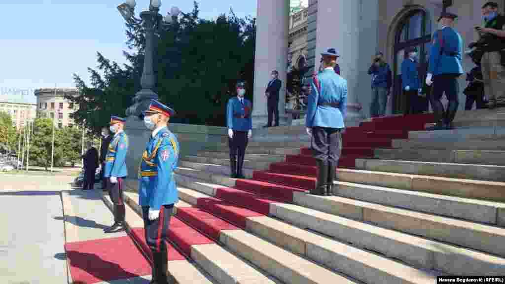 Uz intoniranje himne Srbije, špalir garde na ulazu u Skupštinu Srbije, ali i protest ispred parlamenta, na konsitutivnoj sednici okupili su se novi poslanici 12. saziva parlamenta.