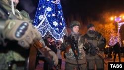Бойовики угруповання « ДНР» біля новорічної ялинки у центрі Донецька. 1 січня 2014 року