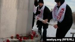 В день День Независимости Казахстана, гражданские активисты возложили цветы к главному флагштоку Казахстана, бывшему монументу жертвам политических репрессий, и почтили память погибших в Жанаозене и на станции Шетпе Мангистауской области два года назад, когда полицейские расстреляли по меньшей мере 17 мирных граждан, а более ста человек получили ранения. Астана, 16 декабря 2013 года.