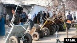 Дети, занимающиеся на базаре развозом на тележках купленный товар покупателей. Иллюстративное фото.