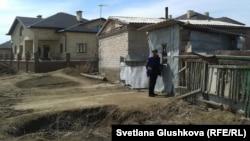 Дом жительницы Астаны Гульмиры Сындаровой по соседству с коттеджем. Апрель 2014 года.