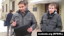 Яўген Хазіяметаў (зьлева) і Ўладзіслаў Бароўскі ля будынку суду