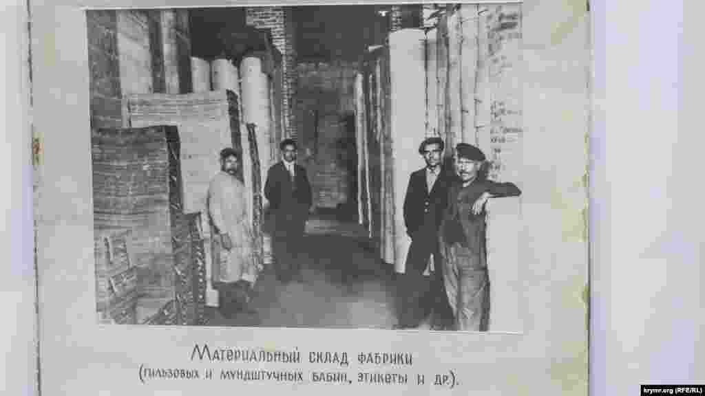 У самому Криму було близько десяти тютюнових фабрик. Три з них розташовувалися у Феодосії. Перша і найвідоміша була заснована караїмом, купцем Веніаміном Стамболі в 1861 році