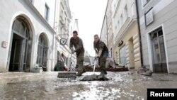 Գերմանիա – Զինծառայողները հեղեղի հետևանքներից մաքրում են բավարական հեղեղված Պասաու քաղաքի կենտրոնական փողոցները, արխիվ
