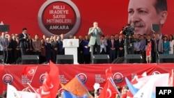 Реджеп Тайїп Ердоган виступає перед прихильниками, на цьому ілюстраційному фото – 15 червня 2013 року в містечку Сінджані на околиці Анкари
