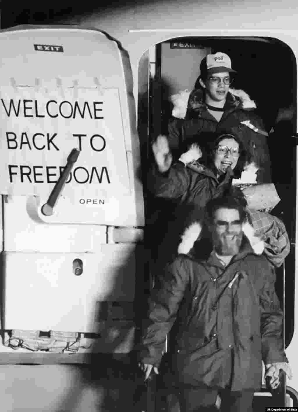 Освобожденные после тяжелого переговорного процесса при посредничестве Алжира 52 заложника прибывают в Висбаден в Западной Германии. 20 января 1981 года. Они были выпущены через несколько минут после приведения Рональда Рейгана к присяге в качестве президента США. В 1980 году было освобождено 14 заложников, в том числе один по медицинским показаниям.