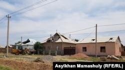 Дома в Арыси, пострадавшей в результате взрывов снарядов на загоревшемся военном складе, 28 июня 2019 года.