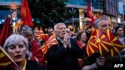Учасники протесту біля будівлі представництва Європейського союзу в Скоп'є, столиці Македонії, 28 квітня 2017 року